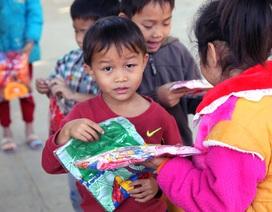 Trao hơn 500 bộ quần áo đến các em học sinh đi học từ khi gà gáy