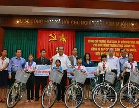 Phó Thủ tướng Trương Hòa Bình trao xe đạp cho học sinh nghèo hiếu học tại Tây Nguyên