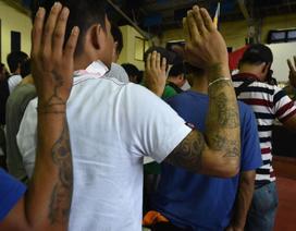 """Vì sao ông Duterte """"dứt tình"""" với cảnh sát?"""