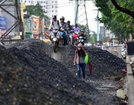 """Hà Nội: Xe máy ồ ạt leo """"núi"""" vật liệu xây dựng để tránh tắc đường"""