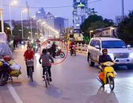 Hà Nội: Xe máy quay đầu bỏ chạy khi thấy CSGT trên đường Nghi Tàm