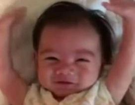 """Đáng yêu bé 5 tháng tuổi có cách chào buổi sáng """"như lãnh đạo"""""""