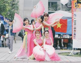 Bạn bè quốc tế hào hứng thử nhảy sạp và ẩm thực Việt giữa xứ phù tang