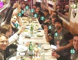 Chelsea vô địch, HLV Conte nhậu xuyên màn đêm cùng ban huấn luyện