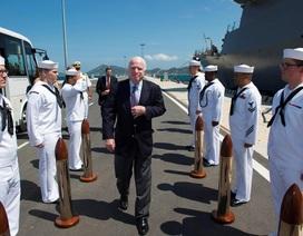 Thượng nghị sĩ John McCain thăm tàu khu trục Mỹ tại Việt Nam