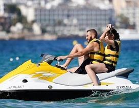 Benzema cùng bà xã cưỡi mô-tô nước cực ngầu