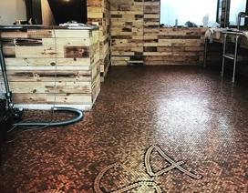 Tiệm cắt tóc lát sàn bằng 70.000 đồng xu