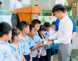 Công ty Nhựa Long Thành trao học bổng cho các em học sinh