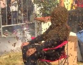 Cho hơn 100.000 con ong bu kín mặt để lập kỷ lục thế giới