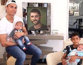 Ở bên con thơ, C.Ronaldo nghẹn ngào tưởng nhớ người cha quá cố