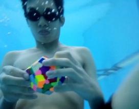Chàng trai lập kỷ lục giải rubik 12 mặt dưới nước trong 1 phút 29 giây