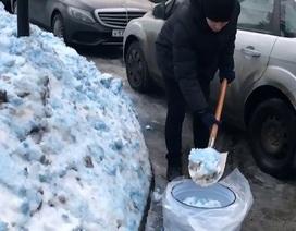Cả thành phố hoảng loạn vì bị phủ kín tuyết màu xanh