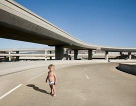 Tìm thấy nhóc 2 tuổi một mình thong dong giữa đường xe chạy lúc 1 giờ đêm