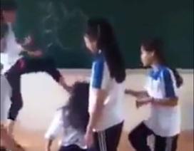 """Nữ sinh Hà Nội bị nhóm bạn """"cưỡi cổ"""" hành hung, xé áo ngay tại lớp học"""