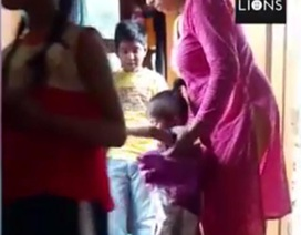 Sốc với kiểu phạt con của một bà mẹ kế: Cho vào bao tải xóc đến rạn cả xương