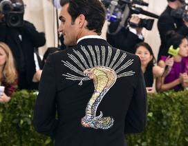 Federer gây sốc khi đi dự tiệc với chiếc áo vest in hình rắn hổ mang