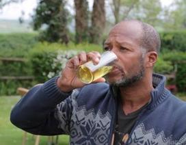 Kỳ dị người đàn ông 6 năm chỉ uống nước tiểu của mình