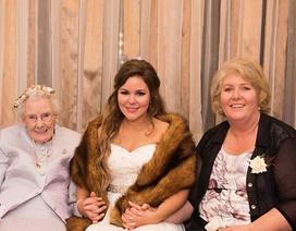Cụ bà 92 tuổi xúng xính làm phù dâu cho cháu gái