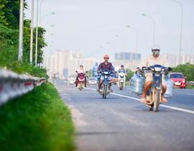 Hà Nội: Bất chấp nguy hiểm, xe máy ồ ạt đi vào cao tốc dành riêng cho ô tô