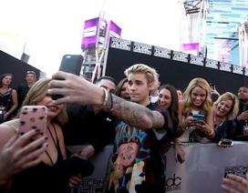 Justin Bieber nổi giận đùng đùng khi fan xin chụp hình