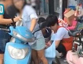 Người qua đường nhắc nhở, bà mẹ đi xe máy mới biết mình chuyển dạ