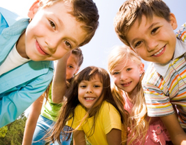 Cha mẹ giúp con phát triển kỹ năng xã hội theo từng độ tuổi