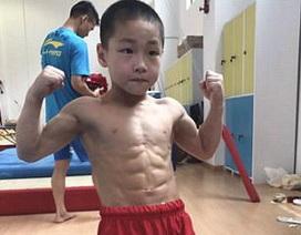 Choáng với cơ bụng 8 múi của cậu bé 7 tuổi