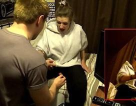Màn cầu hôn bằng nhện dọa bạn gái sợ chết khiếp gây tranh cãi