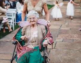 Cụ bà 86 tuổi đeo cánh thiên thần làm phù dâu cho cháu gái