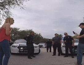 Màn cầu hôn đình đám viện đến cả... xe cảnh sát