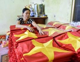Gia đình bốn thế hệ nối tiếp nghề may cờ Tổ quốc