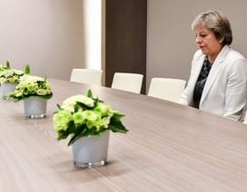 """Ảnh Thủ tướng Anh ngồi một mình trong phòng họp gây """"bão"""" mạng"""