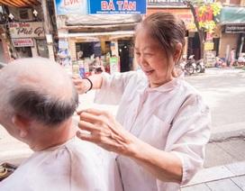 """Bà lão U80 biểu diễn kỹ nghệ cắt tóc """"độc"""" nhất Hà Nội"""
