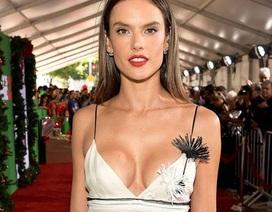 Alessandra Ambrosio diện váy xẻ sâu khoe vòng một căng tròn