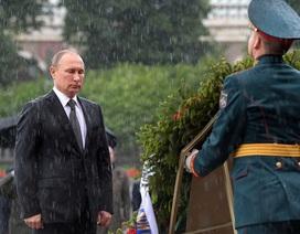 """Tổng thống Putin """"đội mưa"""" đặt vòng hoa tưởng niệm"""