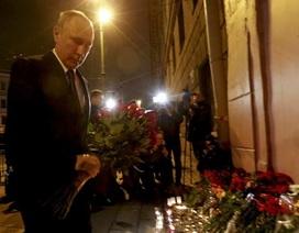Ông Putin đặt hoa tưởng niệm nạn nhân vụ nổ tàu điện ngầm trong đêm