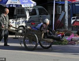 Trung Quốc: Xúc động hình ảnh con trai 64 tuổi chăm mẹ 84 tuổi