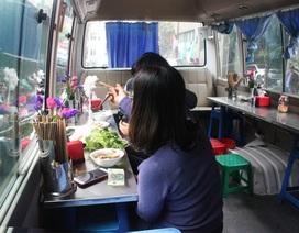 Hà Nội: Quán bún chả trong... xe khách