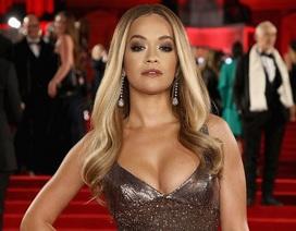 Rita Ora khoe ngực khủng trên thảm đỏ lễ trao giải thời trang