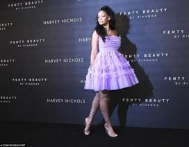 Rihanna xinh đẹp với váy tím