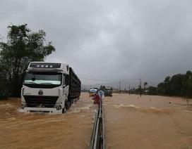 Quốc lộ 1A qua Thừa Thiên Huế nhiều đoạn tê liệt vì lũ