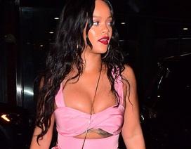 Rihanna khoe vòng một gợi cảm