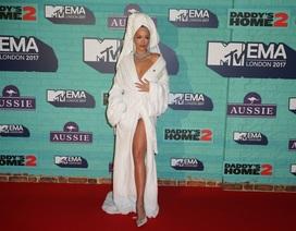 Rita Ora mặc áo choàng tắm lên thảm đỏ