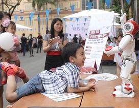 Bạn trẻ Hà Nội thích thú ngắm robot tự ngồi dậy, nhảy múa