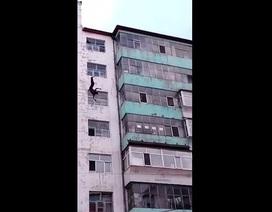 Clip người đàn ông rơi từ sân thượng tòa nhà 7 tầng xuống không chết