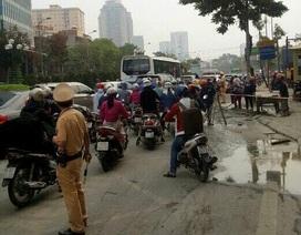 Hà Nội: Bê tông tươi đổ tràn đường gây ùn tắc giao thông