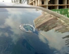 Hà Nội: Hoảng hồn vì gạch từ trên trời rơi xuống kính ô tô