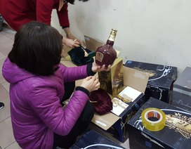 """Hà Nội: Cặp vợ chồng """"biến"""" rượu Lào thành rượu Tây hàng hiệu"""