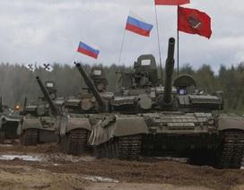 """Xem Nga lắp cầu phao dã chiến """"cõng"""" xe thiết giáp vượt sông băng"""