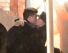 """Scarlett Johansson hôn """"tình mới"""" trên phố"""